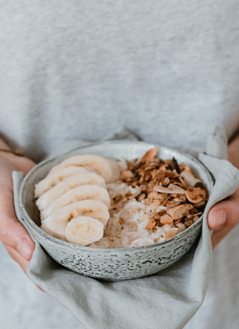 Romige kokosontbijt met banaan